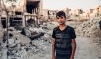 폐허가 된 마을로 돌아온 시리아 소년.