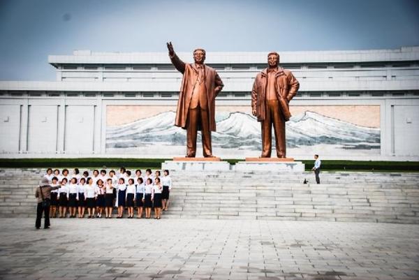 북한은 김 씨 3대에 대한 강력한 우상화 정책을 펴고 있다.