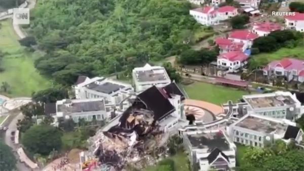 인도네시아 술라웨시 섬은 15일 발생한 강진으로 피해를 입었다.