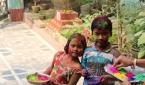 인도의 홀리 축제에 참여하는 어린이들.
