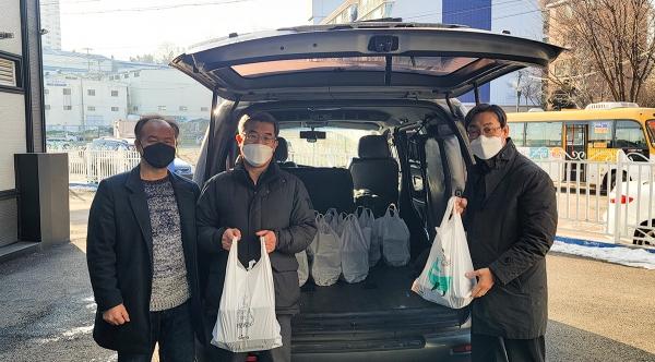 초운교회 여선교회가 웨슬리선교관, 웨슬리학사관에 머물고 있는 선교사와 가족, 선교사 자녀들에게 음식 나눔 봉사를 했다.