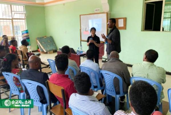 지난 2017년 현숙 폴리 대표가 에티오피아로 피신한 에리트레아 피난민들을 대상으로 트라우마 극복 훈련을 실시하고 있다.