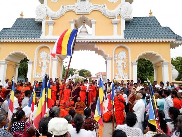2017년 스리랑카 한 지역에서 교회를 반대하기 위해 불교 승려들이 집회를 여는 모습.