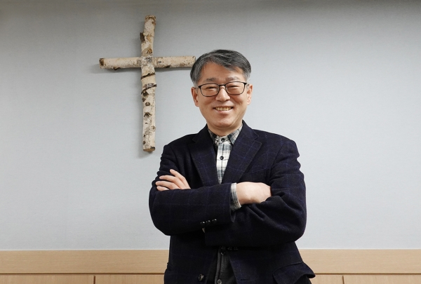 """이태재 학장은 """"바른 신학, 바른 믿음, 바른 성품, 바른 설교의 사역자를 양성하고, '소리 내어 성경 읽기'로 영성과 은사 개발, 믿음과 사역의 성숙을 이루도록 지원하고 있다""""고 말했다."""