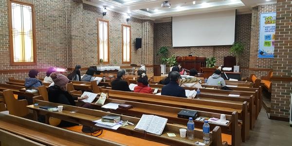박효정 사모가 소리 내어 성경 읽기 세미나를 인도하고 있다.