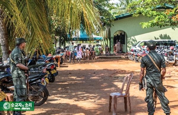 2019년 테러로 파괴된 스리랑카의 시온교회는 건물을 다시 짓는 동안 강당을 임대하여 예배를 드리고 있다. 시온교회 예배 시간에 스리랑카 군인들이 보초를 서고 있다.