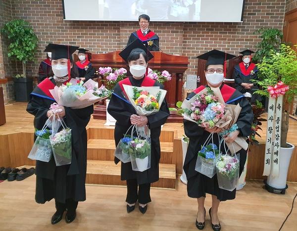 예장 개혁총회신학 제1회 신대원 졸업생들이 기념사진을 촬영하고 있다.