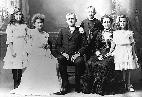 아펜젤러 선교사(가운데) 가족 사진. 오른쪽에서 두 번째는 부인 엘라, 왼쪽에서 두 번째는 훗날 6대 이화학당장을 역임한 앨리스