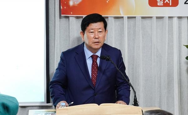 김동근 장로가 인사 및 광고를 전하고 있다.
