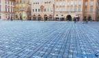 코로나19 희생자들을 추모하기 위해 22일 체코 프라하의 올드타운 광장 바닥에 수만 개의 하얀 십자가가 그려져 있다.