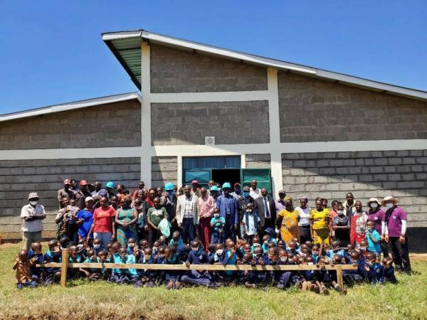 이정용 선교사가 사역하는 케냐 초등학교의 학생들과 학부모들. 인근에서 유일한 학교로, 학생들과 학부모들이 자연스럽게 학교 안에 있는 교회로 나와 복음을 듣고 성도로 섬기고 있다.