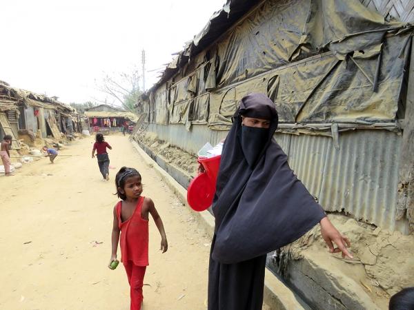 방글라데시 내 미얀마 로힝야족 난민촌 사람들.