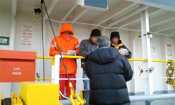 김윤규 선교사가 동아시아 A국 선박이 떠나기 직전 사다리로 배에 올라 복음을 전하고 있다.