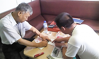 A국 선장에게 현지 언어로 복음 전도하는 모습.