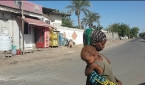라마단 기간, 낮 동안 매우 조용한 SSA 지역의 거리에 서 있는 MBB 자매 소피.