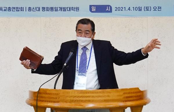 송기성 목사가 '다시 살아나게 하시는 하나님'이라는 제목으로 설교를 전하고 있다.