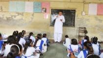 이준재 선교사가 파키스탄 학생들을 가르치고 있다.