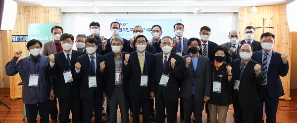 탈북민교회 연구 공개 세미나 참석자들이 단체 기념사진을 촬영하고 있다.