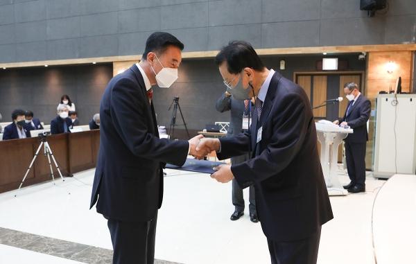 김삼환 이사장(우측)이 경인지회 이인구 목사(좌측)에 모범지회상을 전달하고 있다.