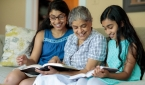 성경을 읽고 있는 가정
