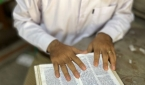 성경을 읽고 있는 미얀마 기독교인