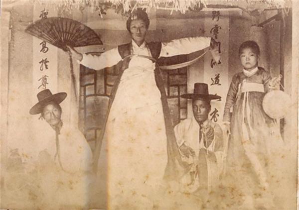 조선 시대 굿을 하는 모습.