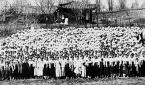 1907년 평양 장대현교회 앞에 모인 성도들