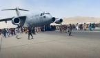 아프간을 탈출하려 카불 공항에 모인 사람들