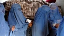 부르카를 입고 투표하기 위해 줄을 서 있는 아프간 여성들