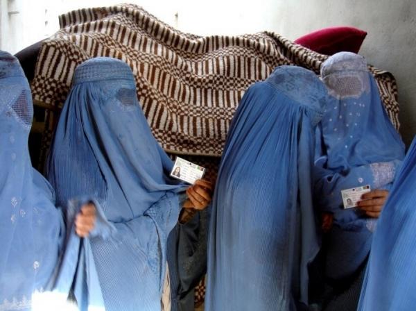 부르카를 입고 투표하기 위해 서 있는 아프간 여성들