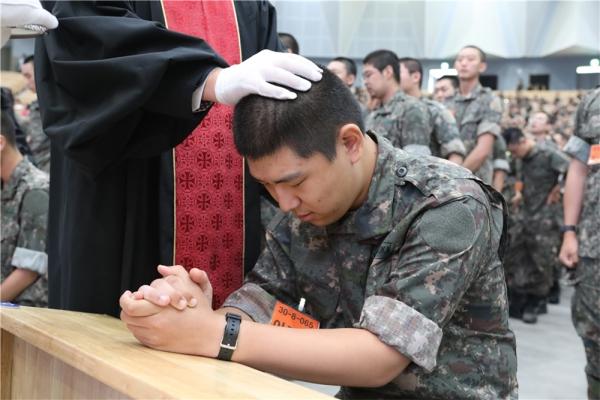 진중 세례를 받고 있는 장병