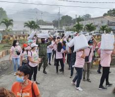 [포토] 필리핀 따알 화산 이재민에 구호품 전달(1)