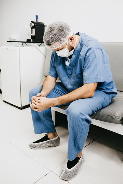 기도하고 있는 의사